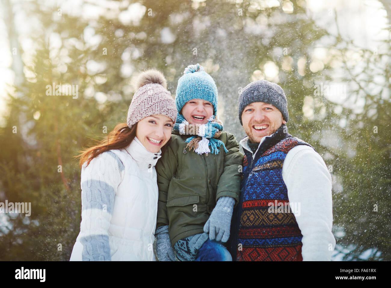 Famiglia estatica godendo di volta in winter park Immagini Stock