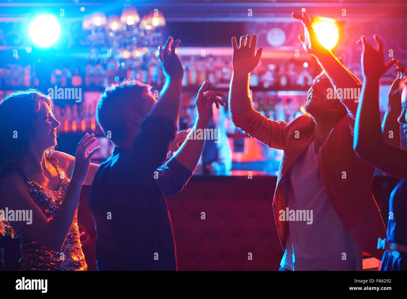 Felice ballerini godendo di una discoteca nel night club Immagini Stock
