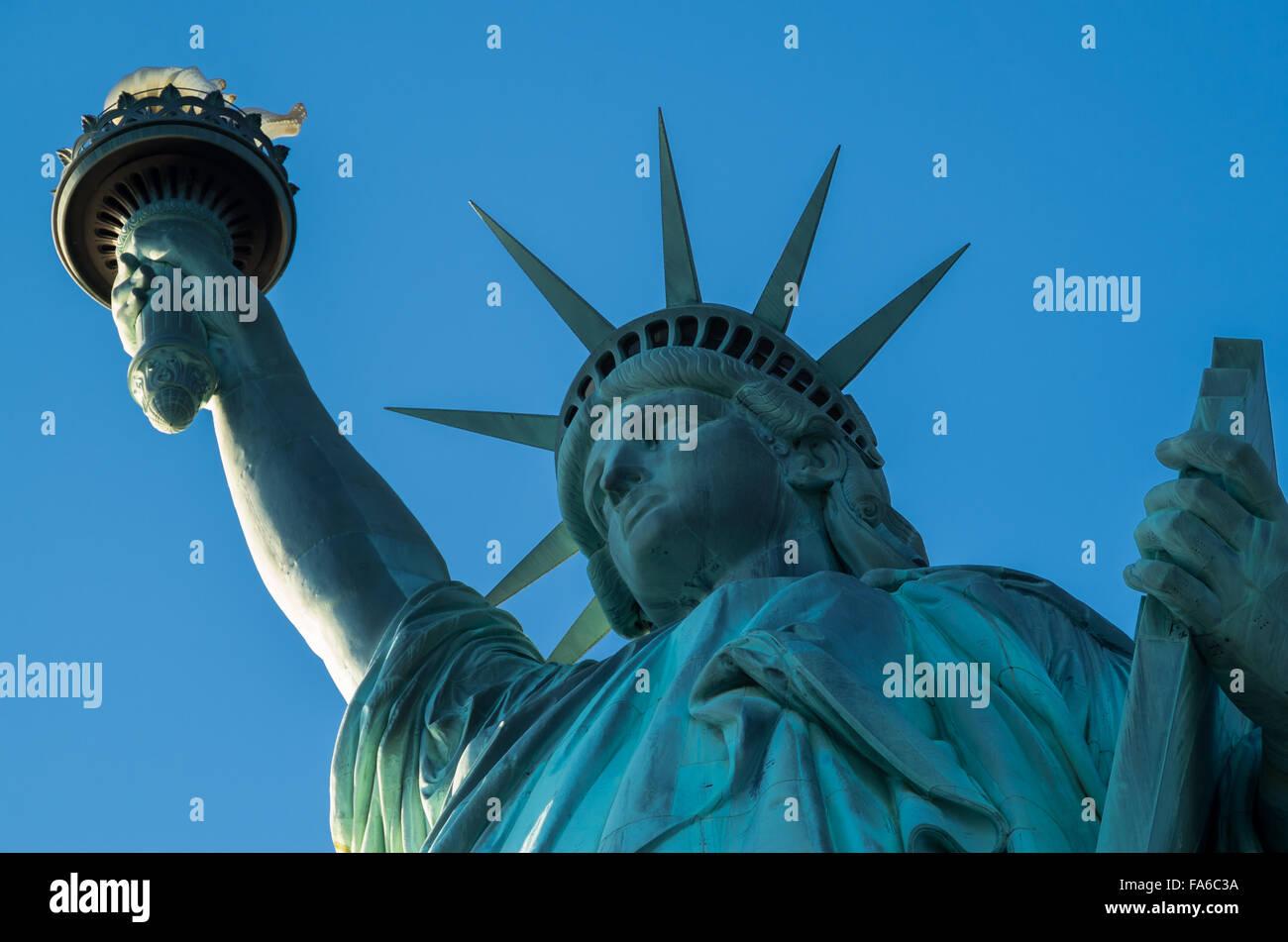 Close up della statua della libertà di testa, corona e la torcia, NYC su un limpido giornata soleggiata con Immagini Stock
