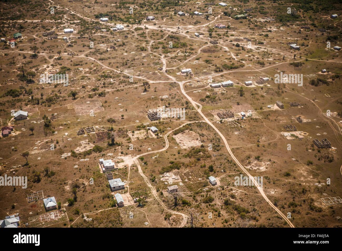 Molte strade attraverso la Tanzania mancano ancora di marciapiede, come tali al di fuori Tanga. Immagini Stock