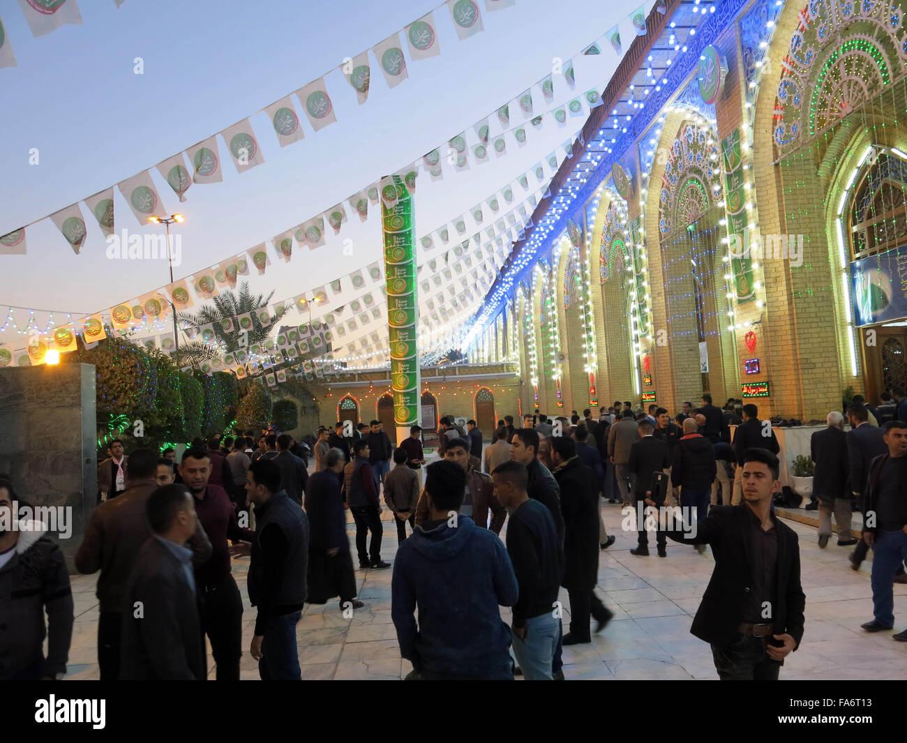 Baghdad. 22 Dic, 2015. I musulmani raccogliere fuori Abu Hanifa moschea nel quartiere Adhamiya a nord di Baghdad, Immagini Stock