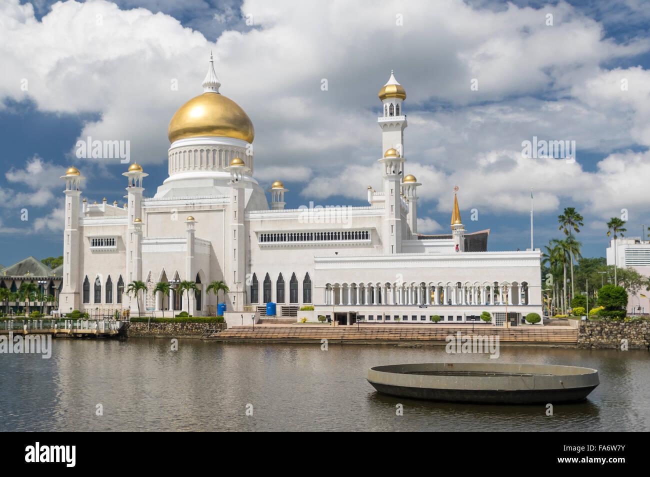 """Masjid Omar """"Ali Saifuddien moschea in Bandar Seri Begawan, capitale del sultanato del Brunei Darussalam, sull Immagini Stock"""