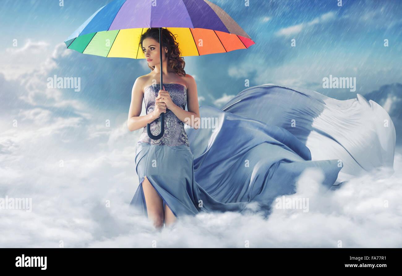Donna con un colorato ombrello aperto Immagini Stock