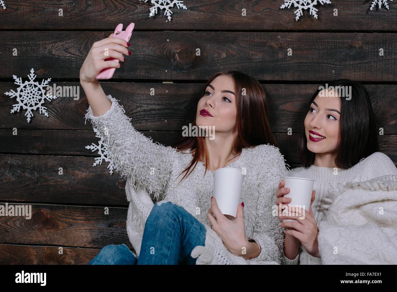 Due giovani ragazze fanno salfie Immagini Stock