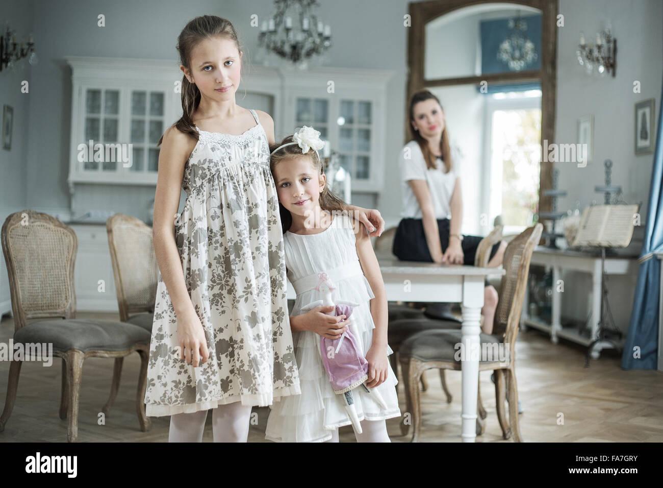 Elegante madre guardando le sue due figlie carino Foto Stock
