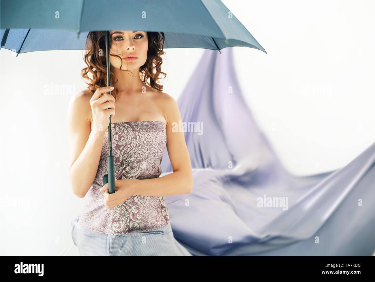 Adorabile Signora bruna con ombrello Immagini Stock