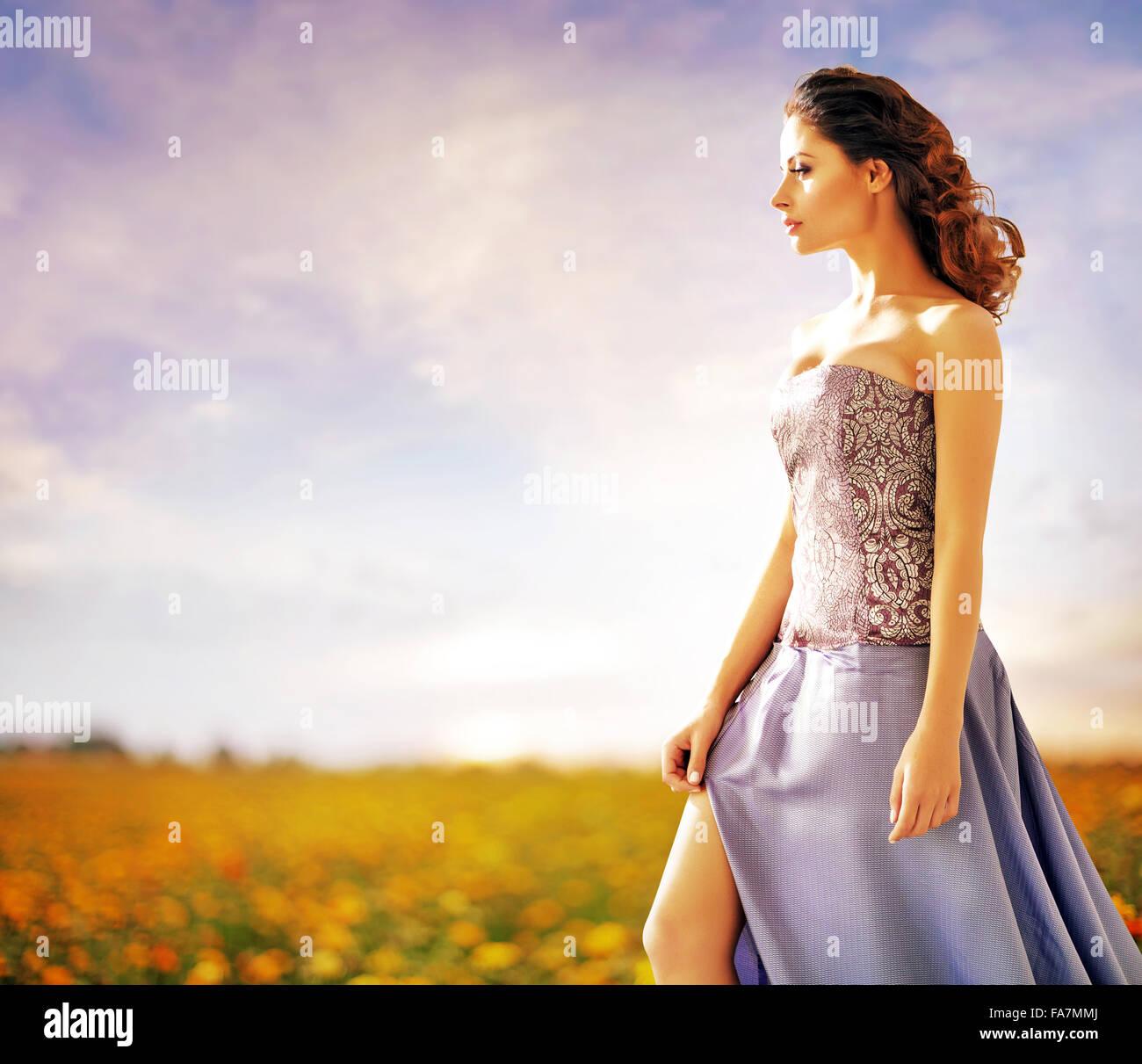 Bella Signora camminando sul prato rurale Immagini Stock