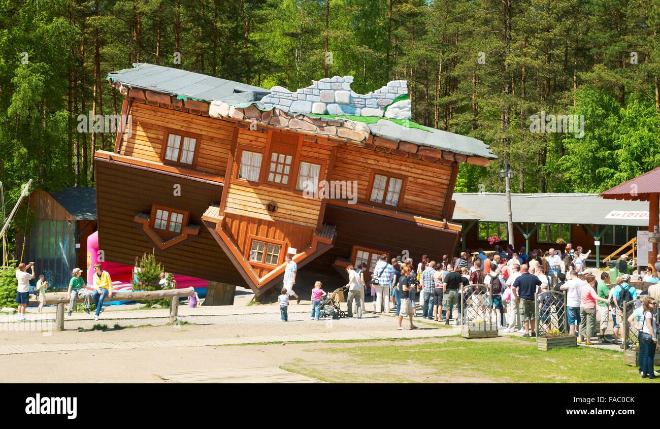 Szymbark - Casa sottosopra, progetto originale nel museo a cielo aperto dell'architettura in legno, Polonia Immagini Stock
