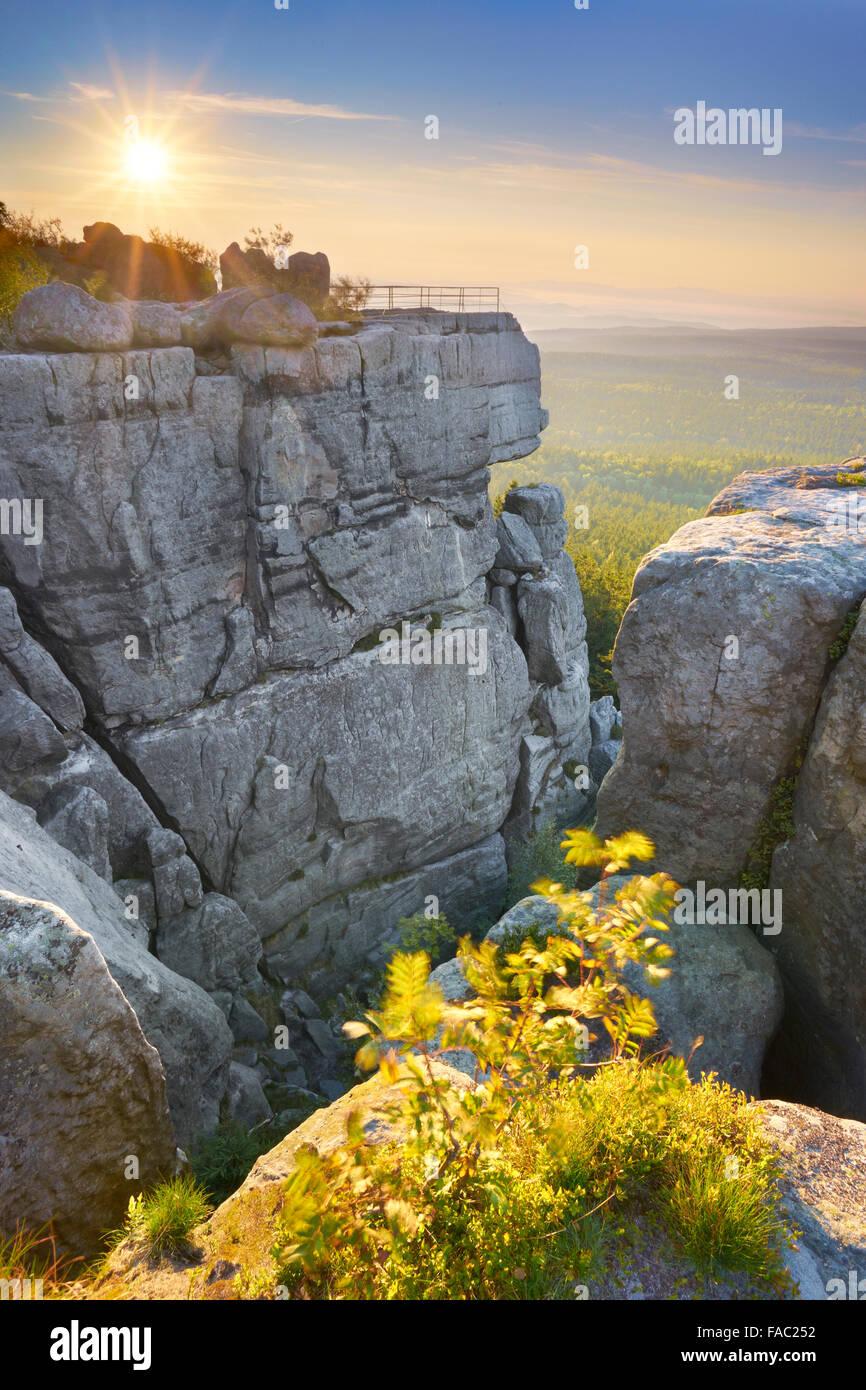 Szczeliniec Wielki al tramonto - tabella montagne, Polonia Immagini Stock