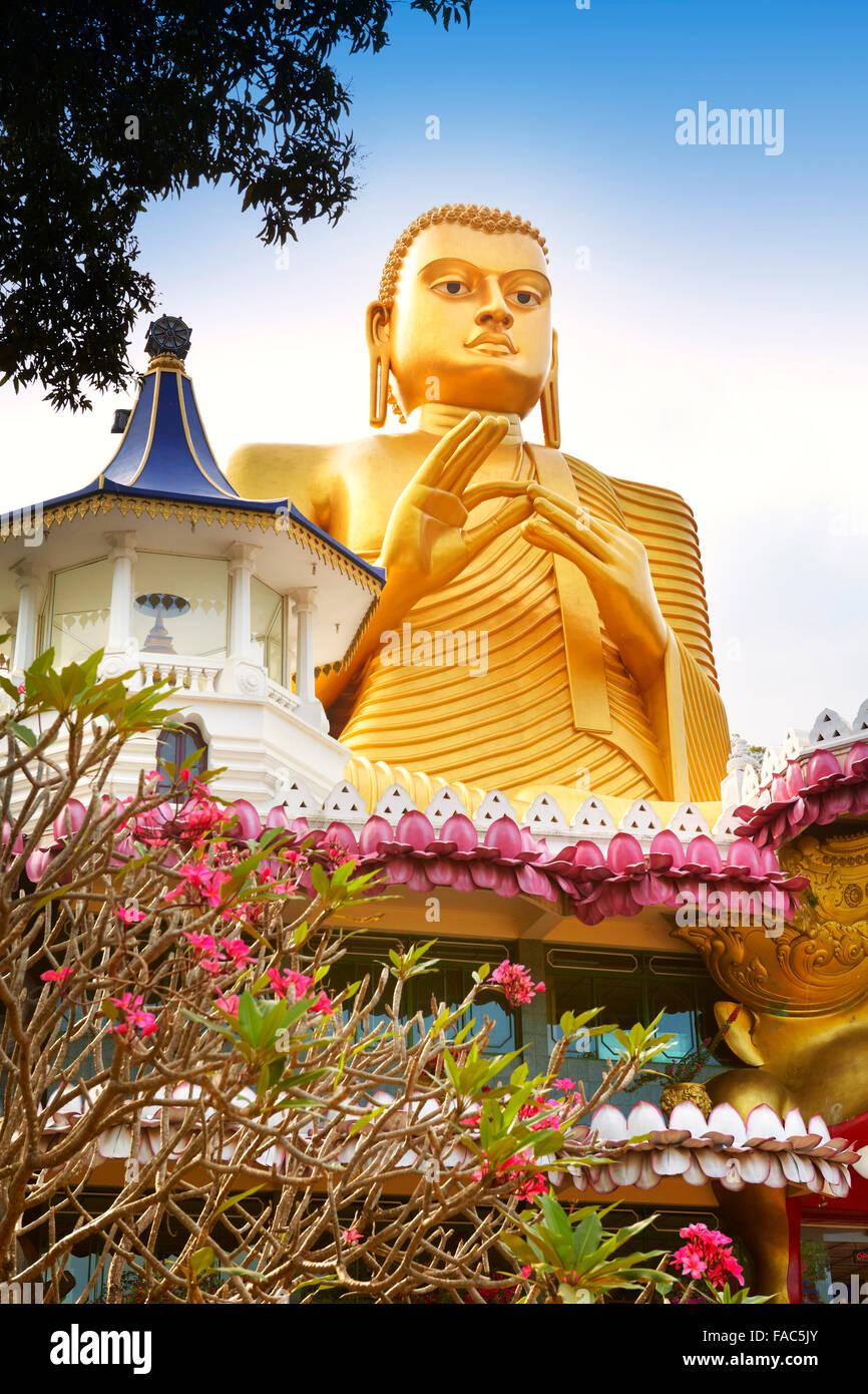 Sri Lanka - Dambulla, Golden statua del Buddha oltre il Museo Buddish, Patrimonio Mondiale dell UNESCO Immagini Stock