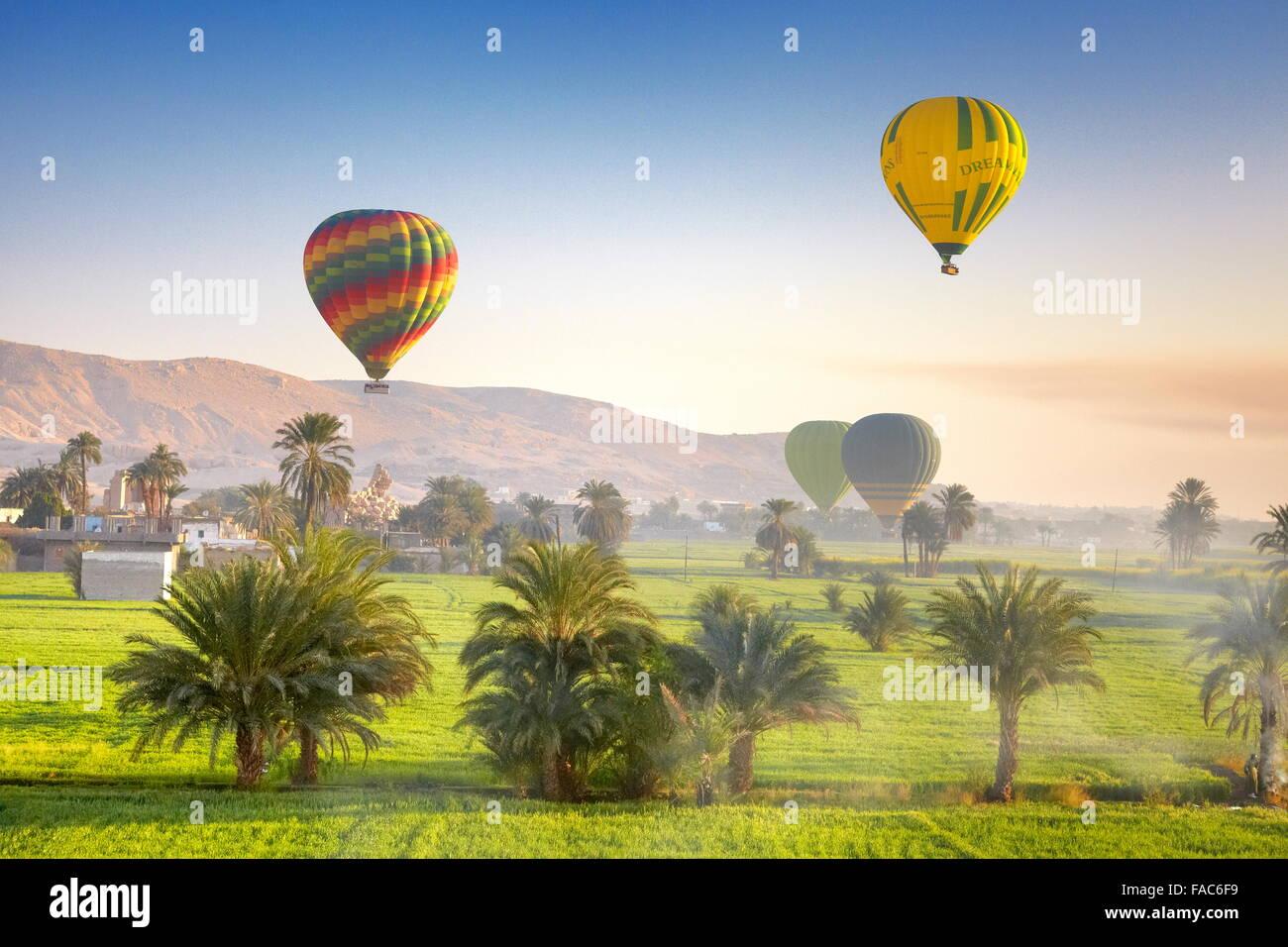 Egitto - Voli in mongolfiera sulla sponda ovest del Nilo, paesaggio di montagne e di valle verde Immagini Stock