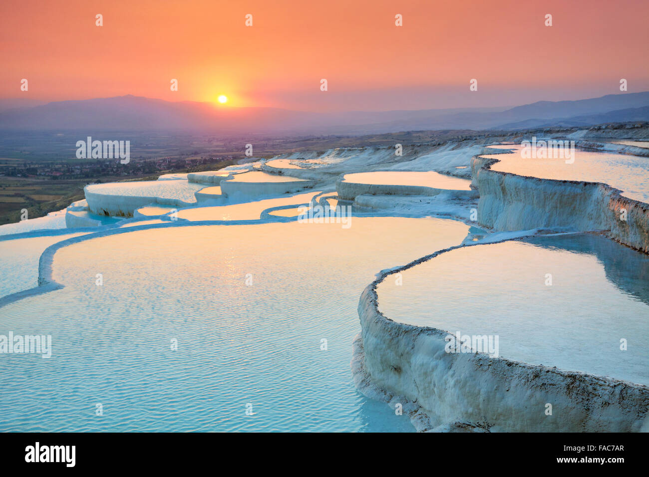 Paesaggi di Pamukkale tramonto - terrazze di minerali di carbonato di sinistra dall'acqua fluente, Pamukkale, Turchia Foto Stock