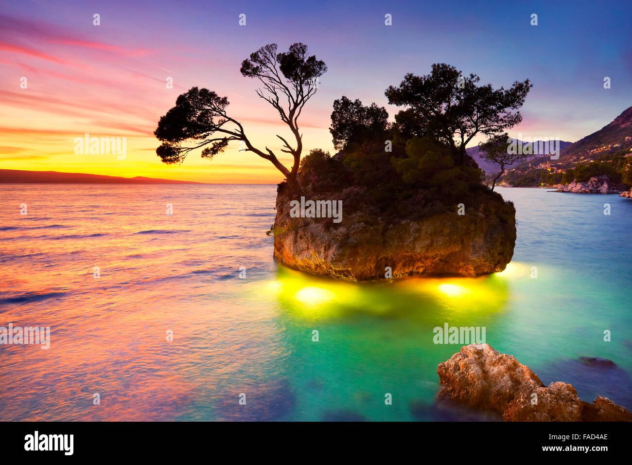 Costa della Croazia, la Riviera di Makarska Brela paesaggio sulla spiaggia al tramonto, Croazia Immagini Stock
