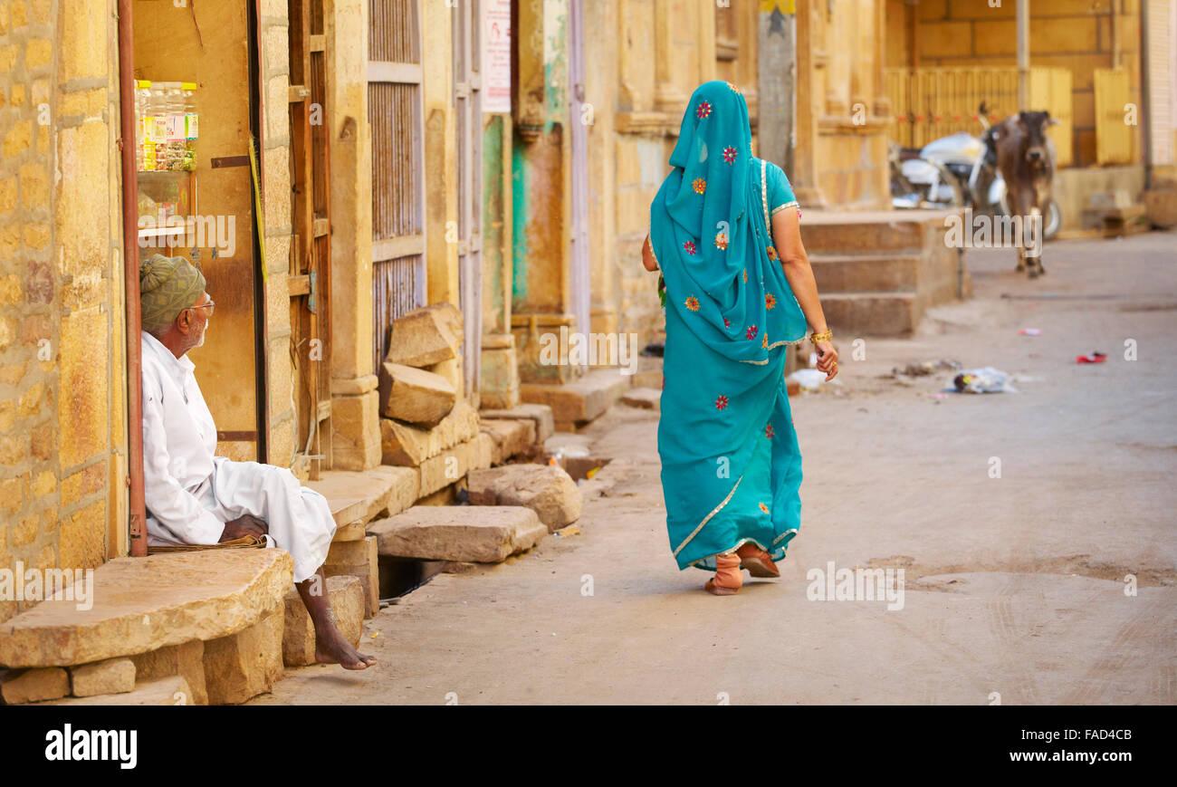 Scena di strada a piedi con donna in sari, Jaisalmer, stato del Rajasthan, India Immagini Stock