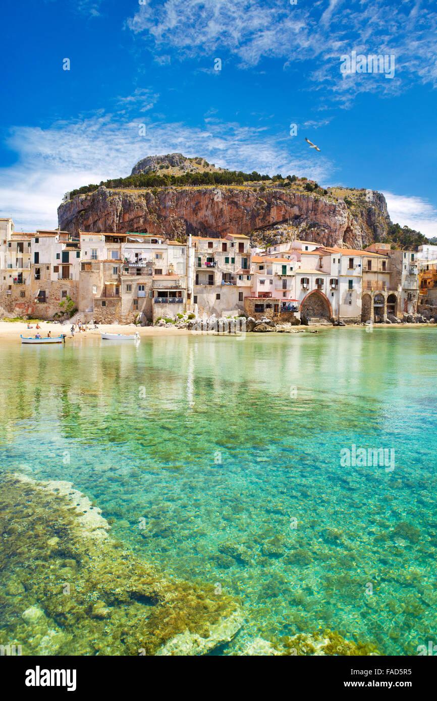 Case medievali e la Rocca hill, Cefalu città vecchia, Sicilia, Italia Immagini Stock