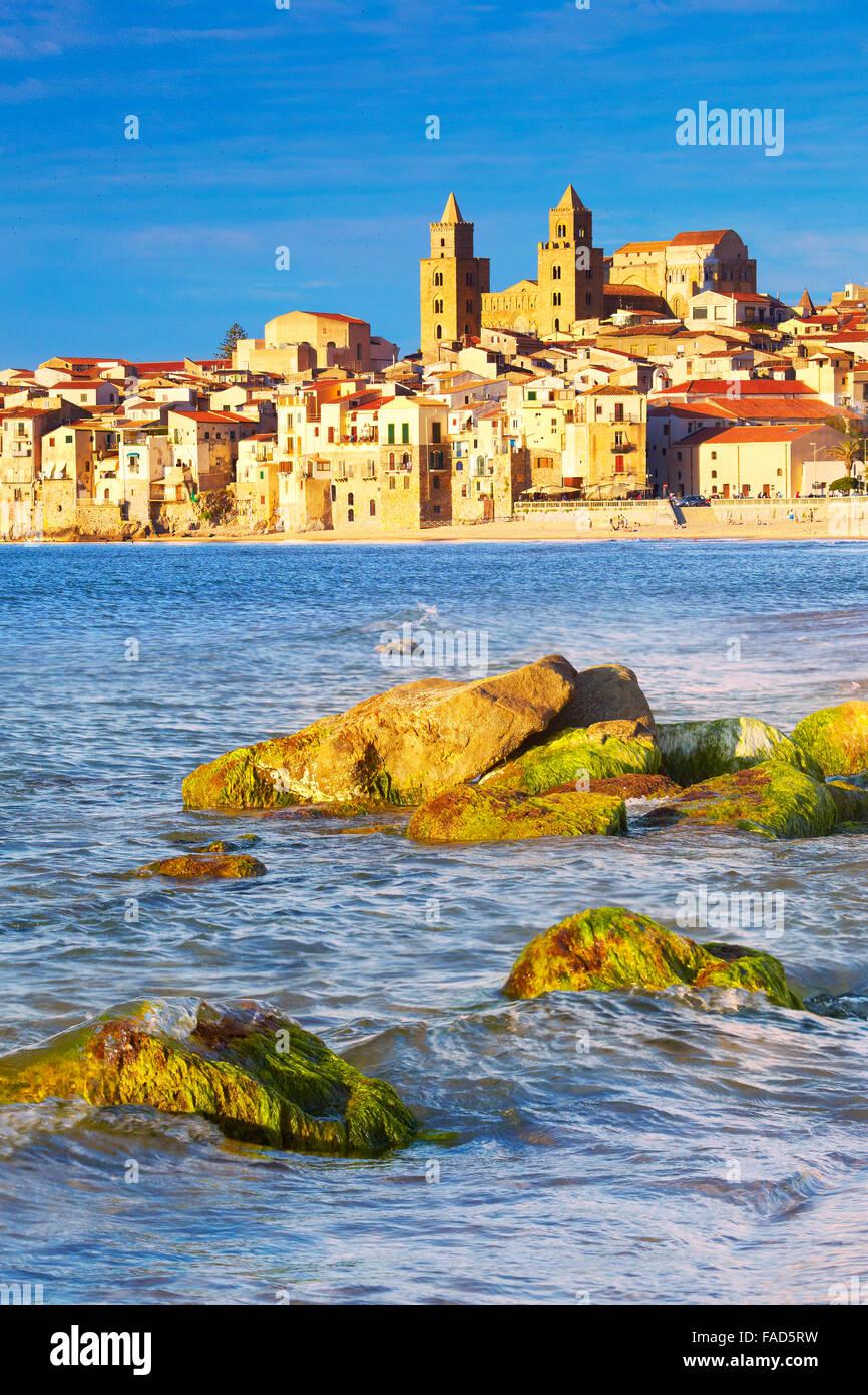 Città vecchia e la Cattedrale del Duomo, Cefalu, Sicilia, Italia Immagini Stock