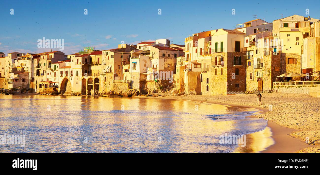 Cefalu case medievali sulla riva del mare, l'isola di Sicilia, Italia Immagini Stock