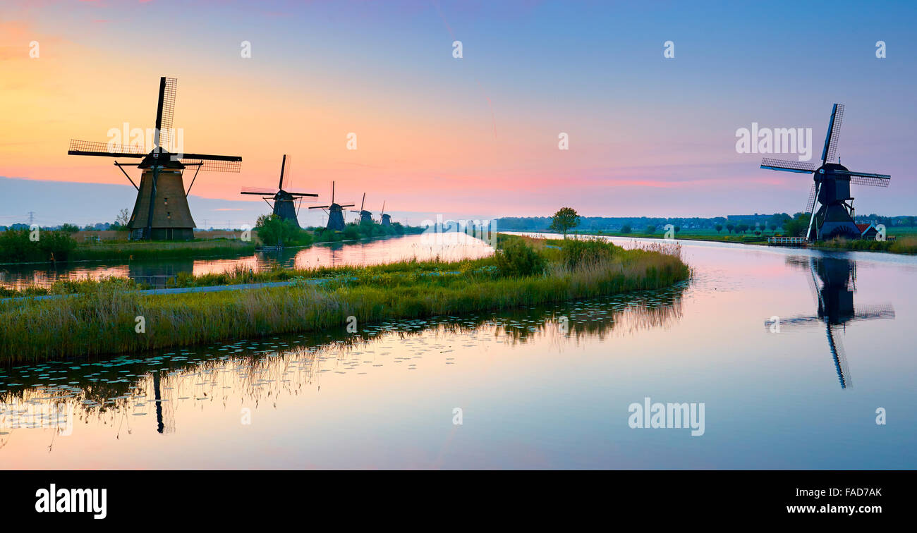 Mulini a vento di Kinderdijk prima del sorgere del sole - Olanda Paesi Bassi Immagini Stock