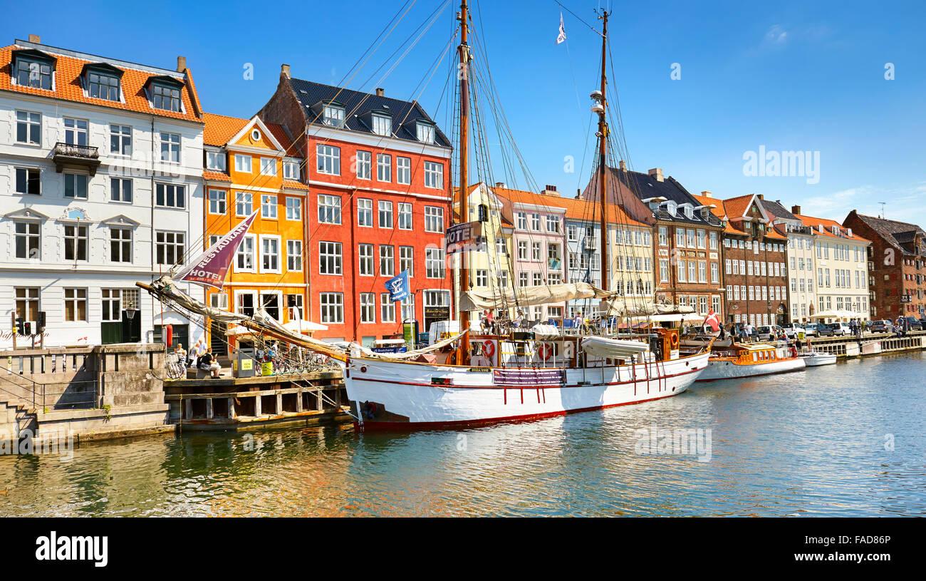 La barca ormeggiata in Nyhavn Canal, Copenhagen, Danimarca Immagini Stock