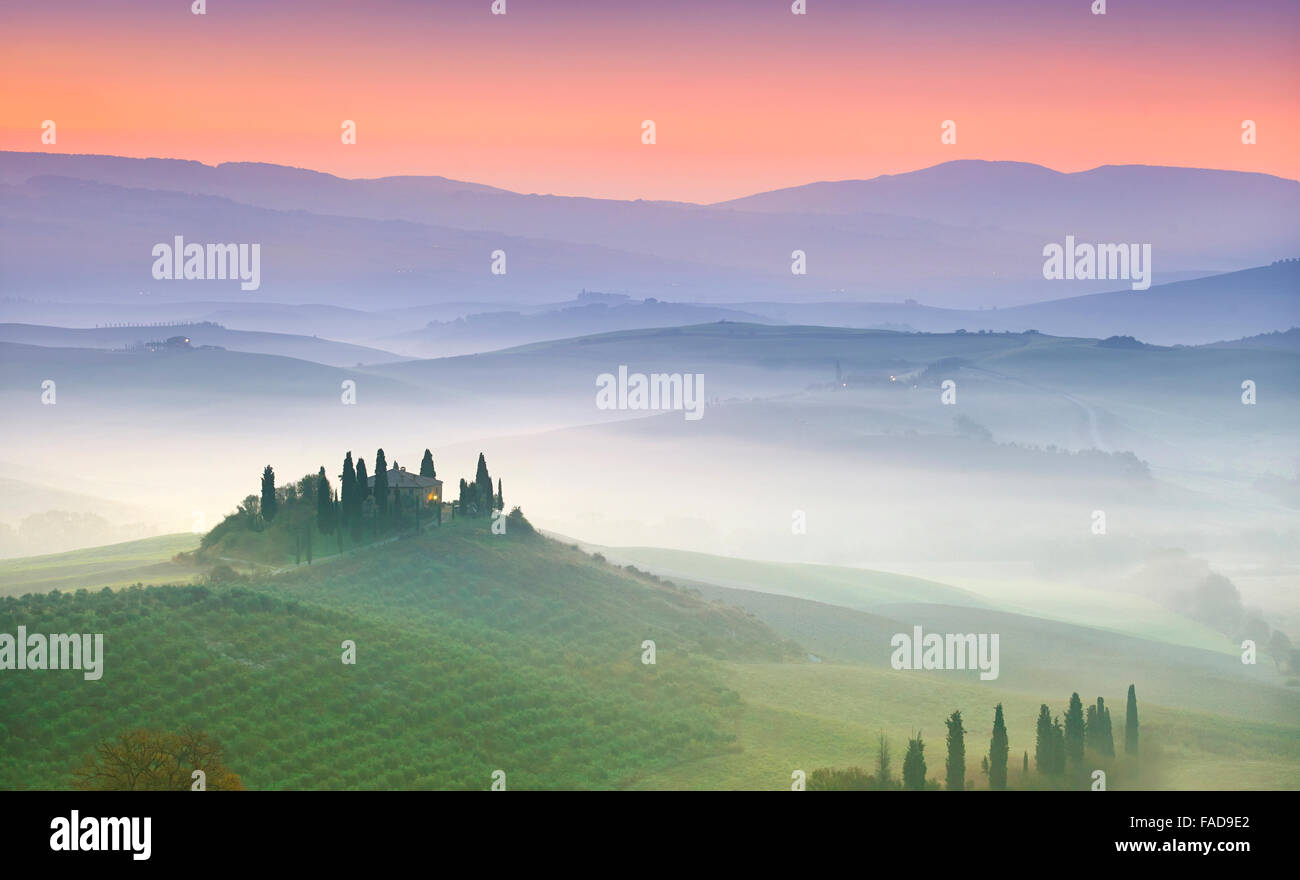 Tipico paesaggio toscano, Val Dorcia all'alba, Italia Immagini Stock