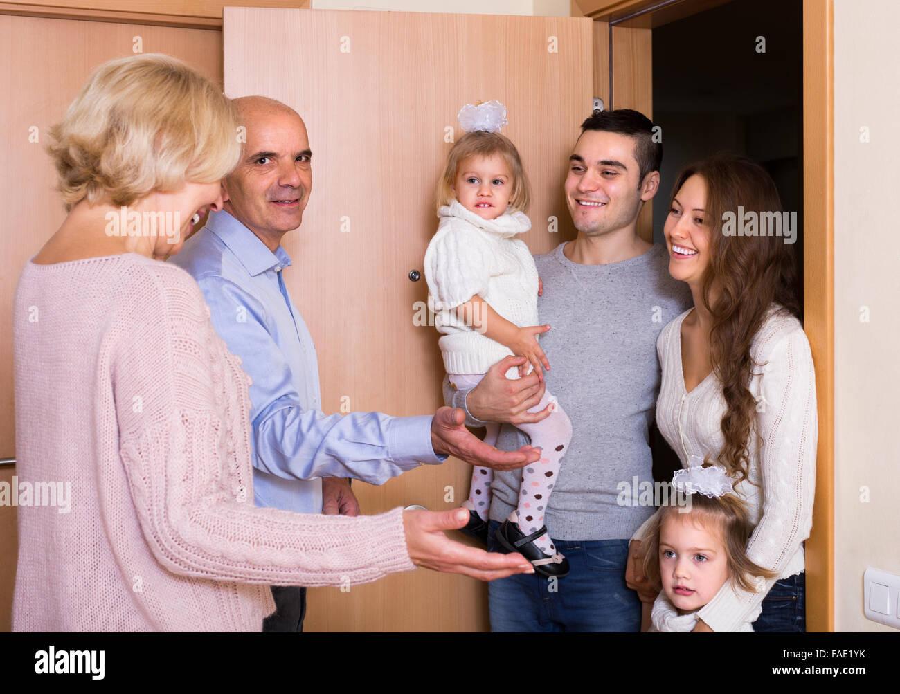 Felice Coppia matura incontro bambini e grand i bambini a pochi passi Immagini Stock
