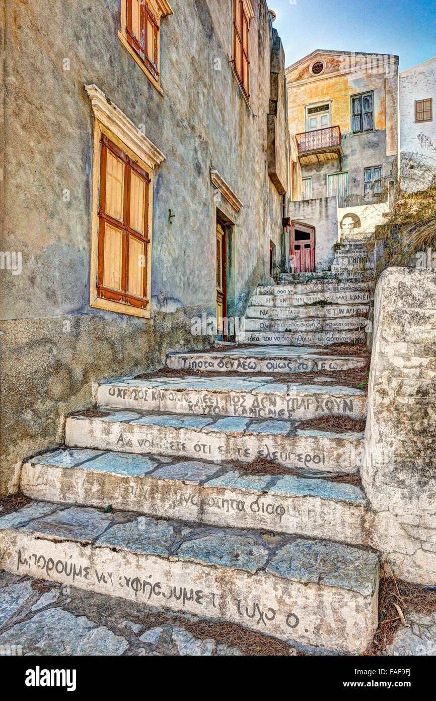 Passi con frasi di saggio in città alta (Chorio) di Symi Island, Grecia Immagini Stock