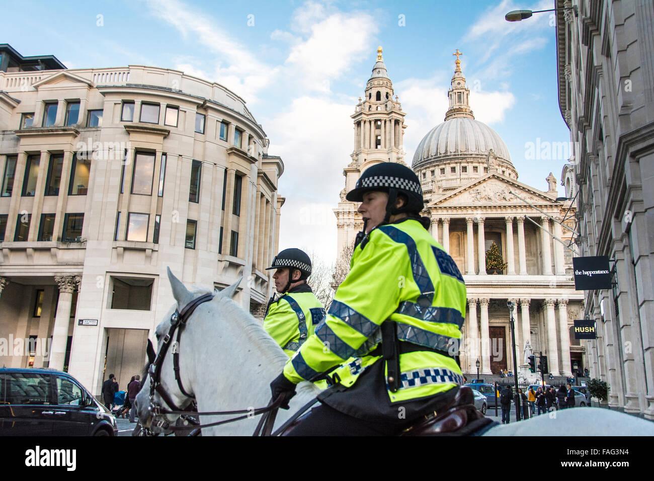 Polizia montata nella parte anteriore della Cattedrale di San Paolo a Londra, Inghilterra, Regno Unito Immagini Stock