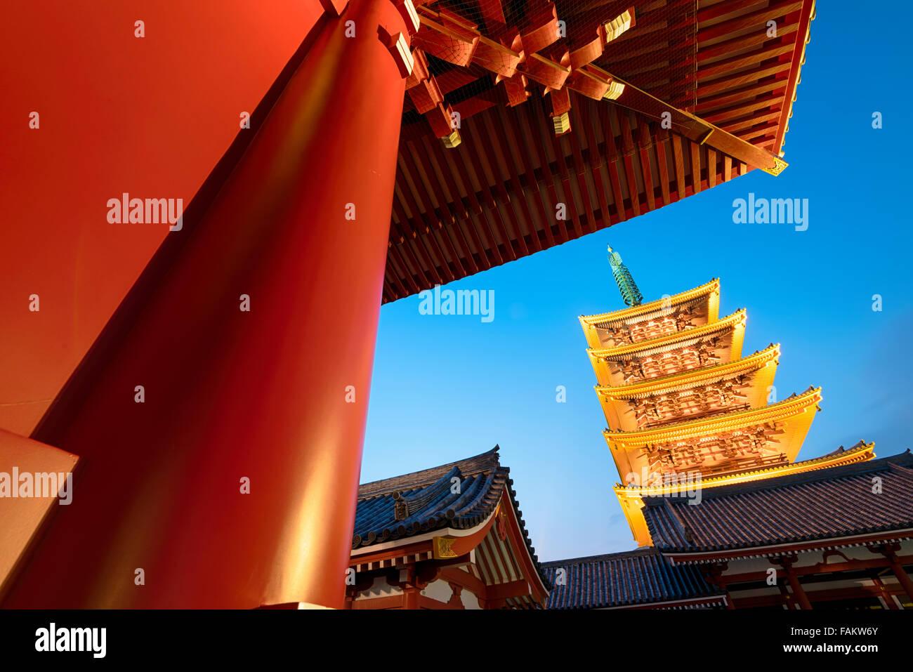 Tokyo, Giappone - 16 dicembre 2015: i cinque piani pagoda del Tempio di Senso-ji in Asakusa , Tokyo. Immagini Stock