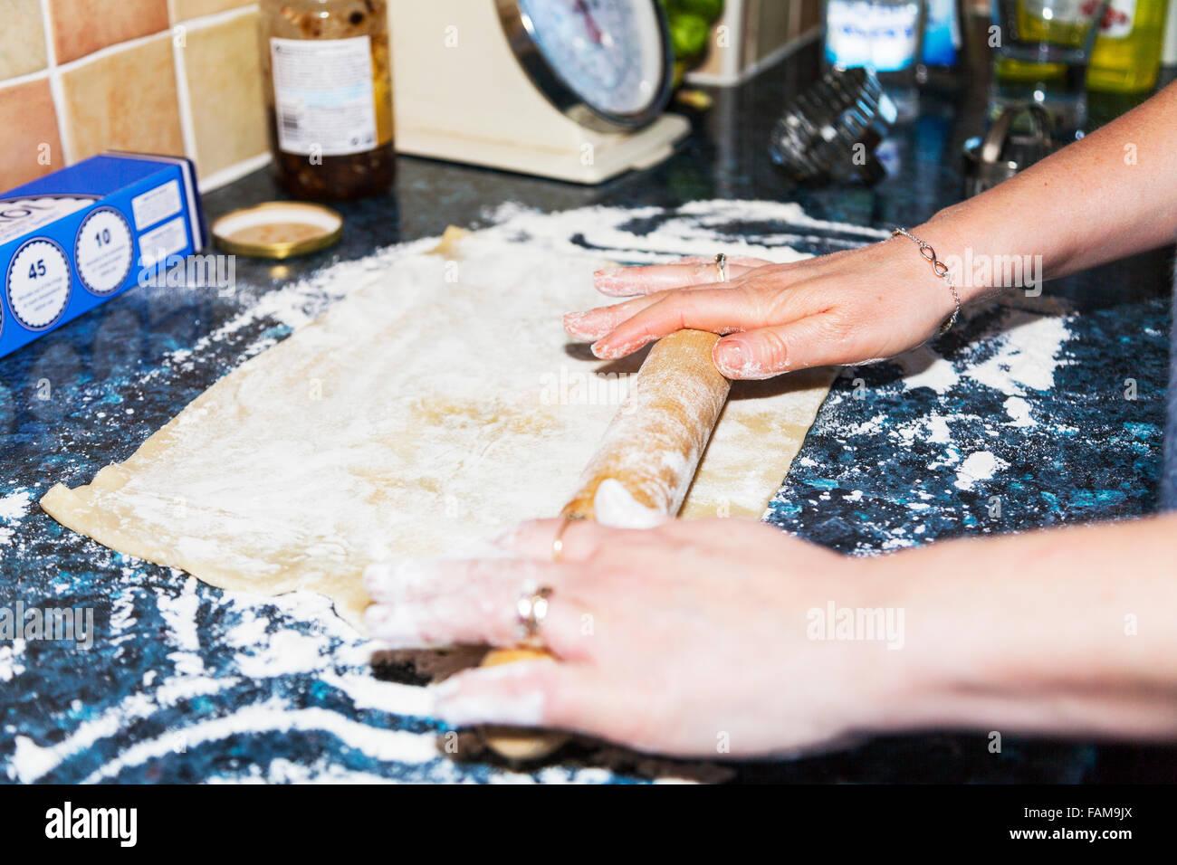 Rotolare fuori la pasticceria pin laminato foglio pronto per fiori da taglio piano cucina forno di cottura appena Immagini Stock