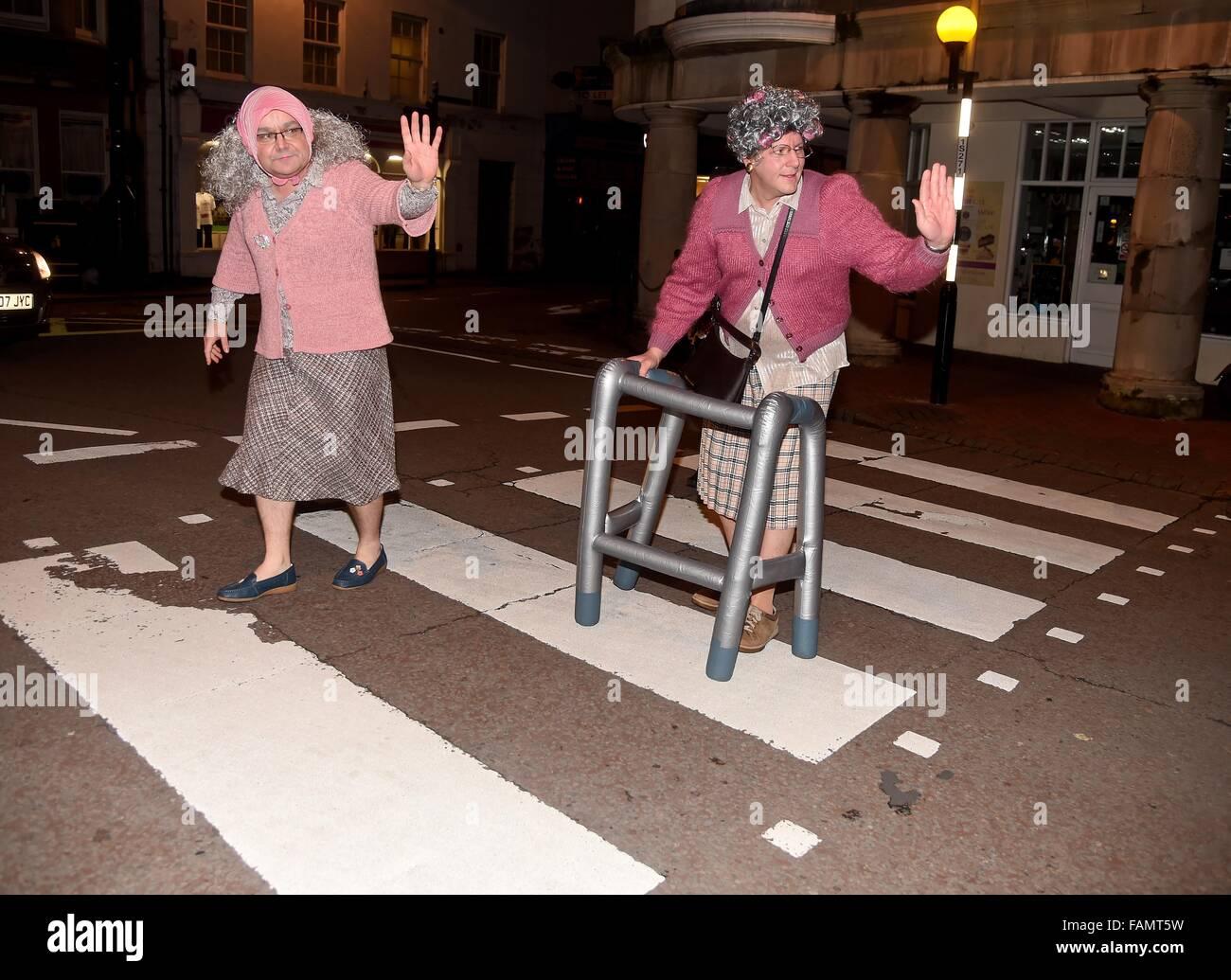 Anziane signore attraversare la strada, Nuovo Anno fancy dress, REGNO UNITO Foto Stock