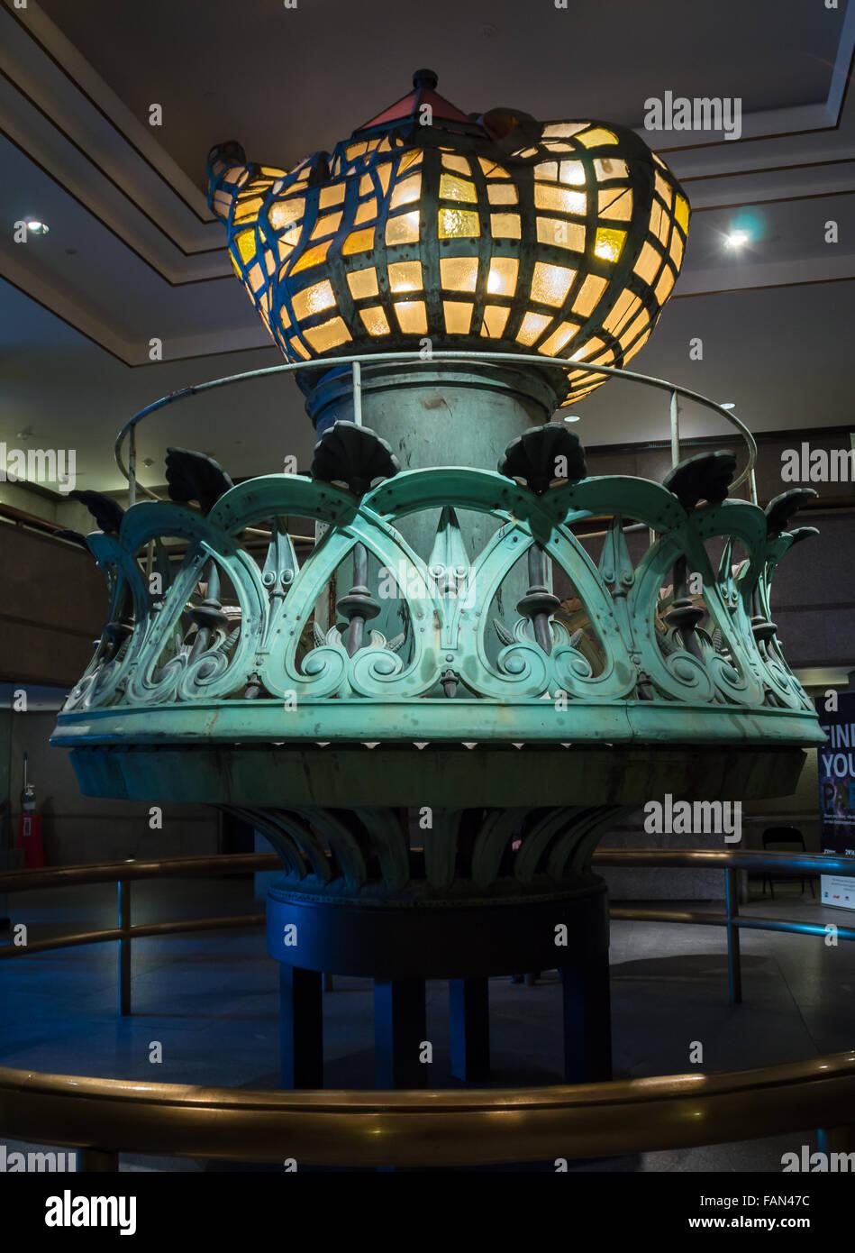 La torcia originale dello stato della libertà, visualizzato nel foyer della Statua della Libertà museo Immagini Stock