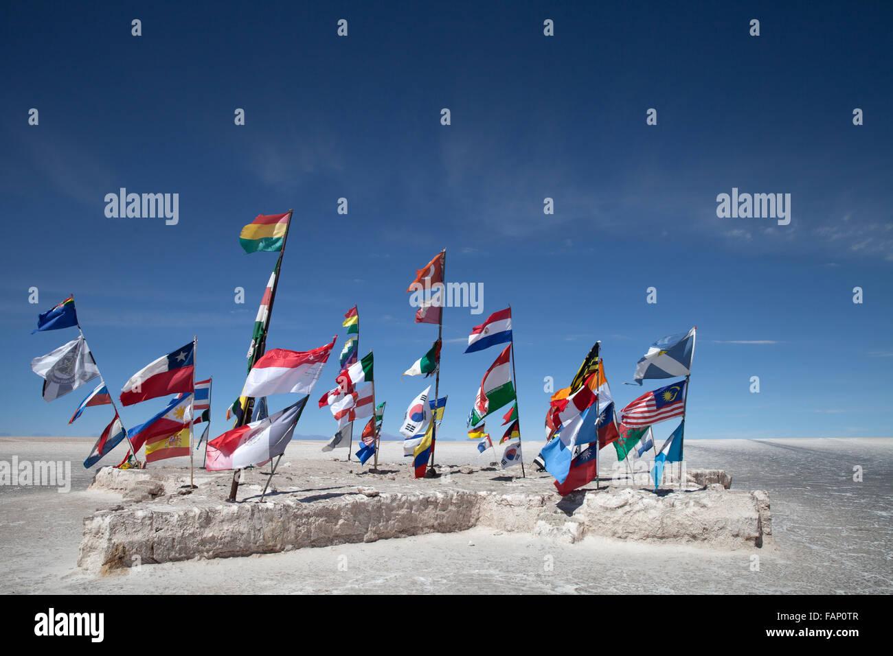Bandiere di paesi diversi volare da posti sul Salar de Uyuni (Saline di Uyuni) in Bolivia Immagini Stock
