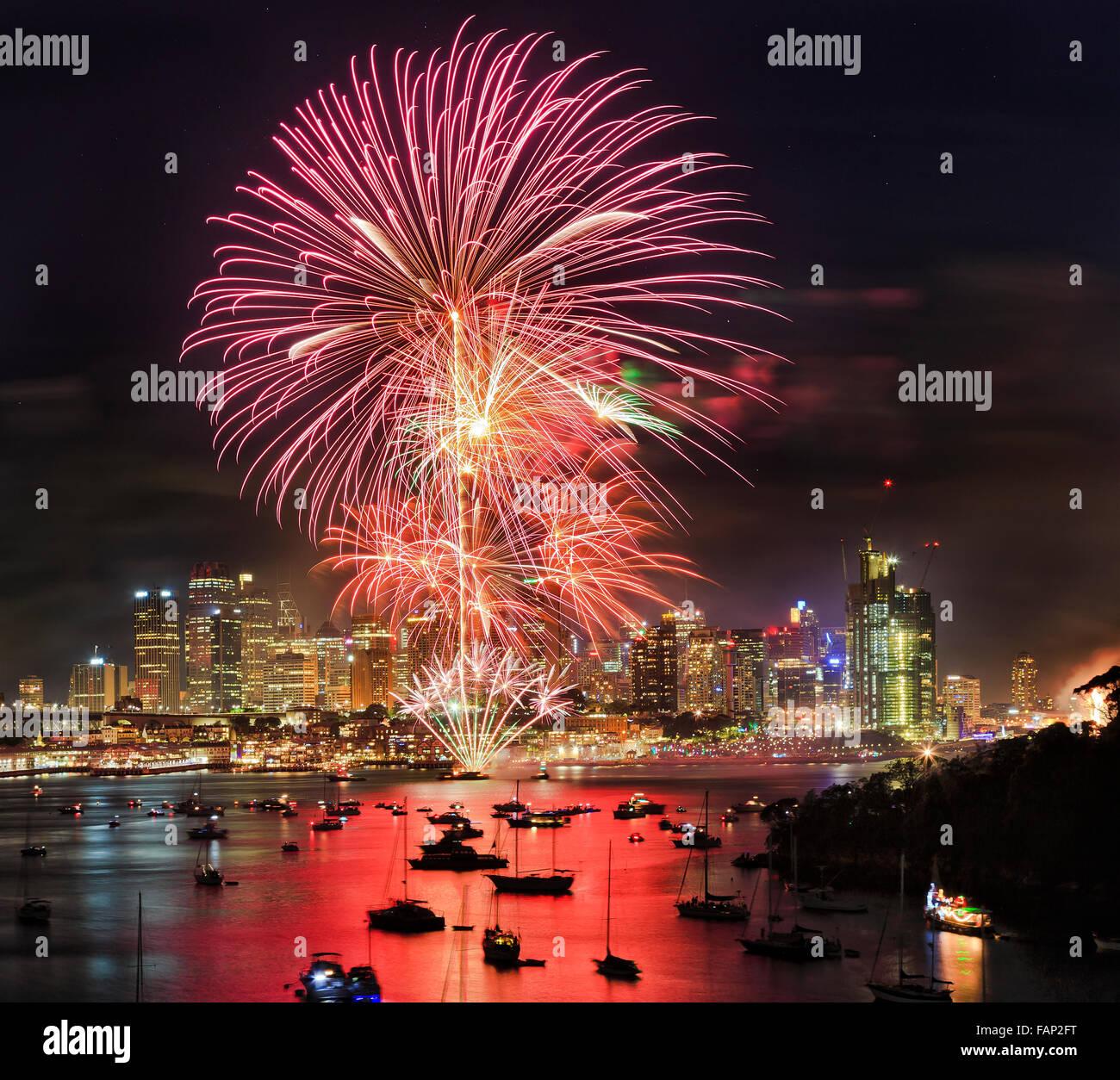 Nuovo anno fuochi d'artificio a Sydney da elevati lookout a Berrys bay oltre il porto di Sydney CBD con grattacieli Immagini Stock