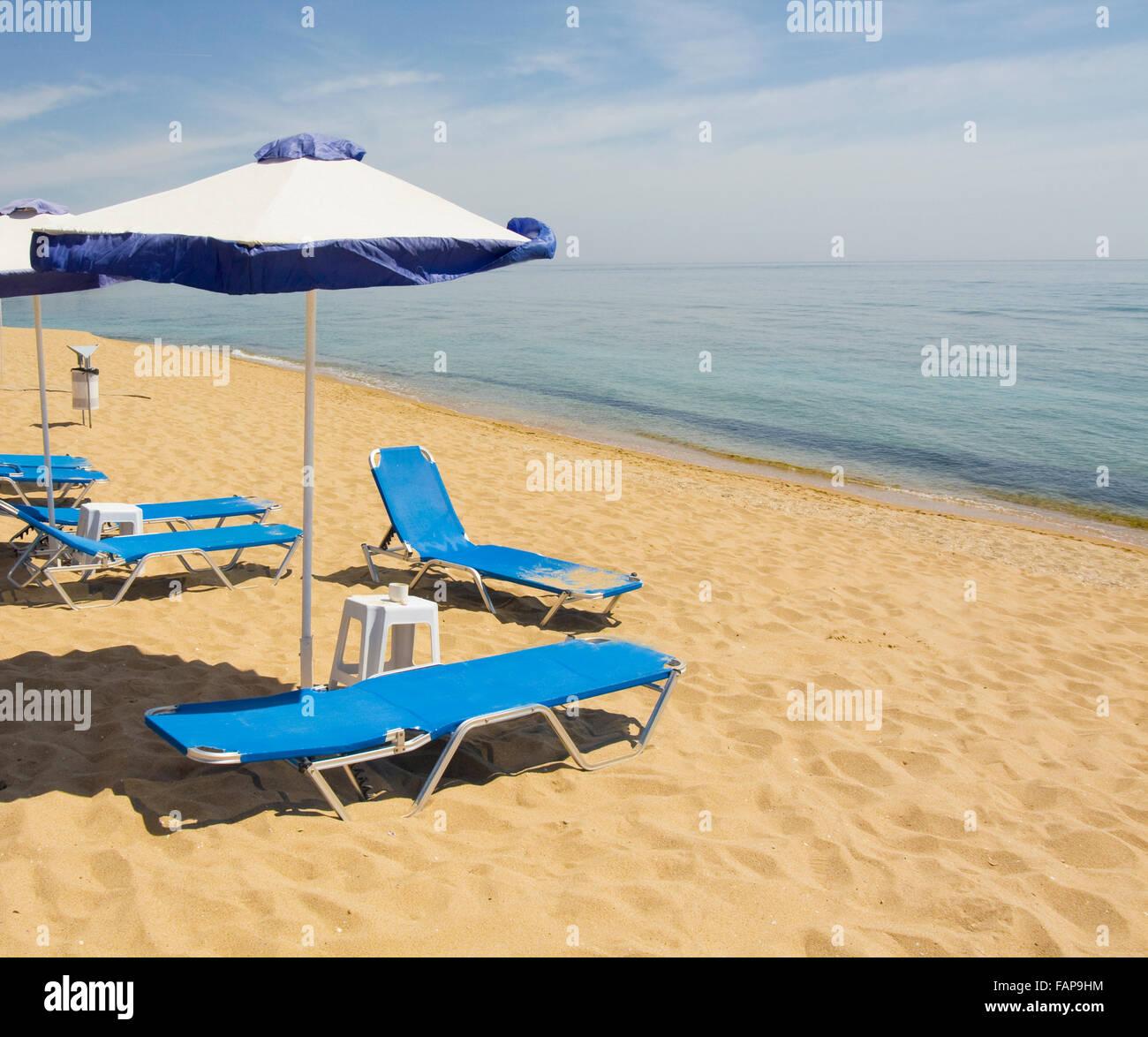 Ombrelloni Da Spiaggia Vendita.Ombrelloni Da Spiaggia Di Colori Blu E Bianco E Blu Sdraio Sulla