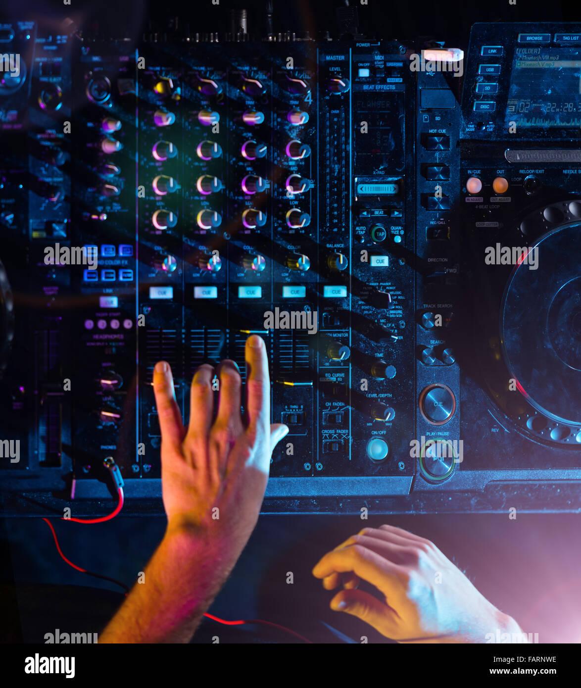 Dettaglio del dj mani operanti su console Immagini Stock