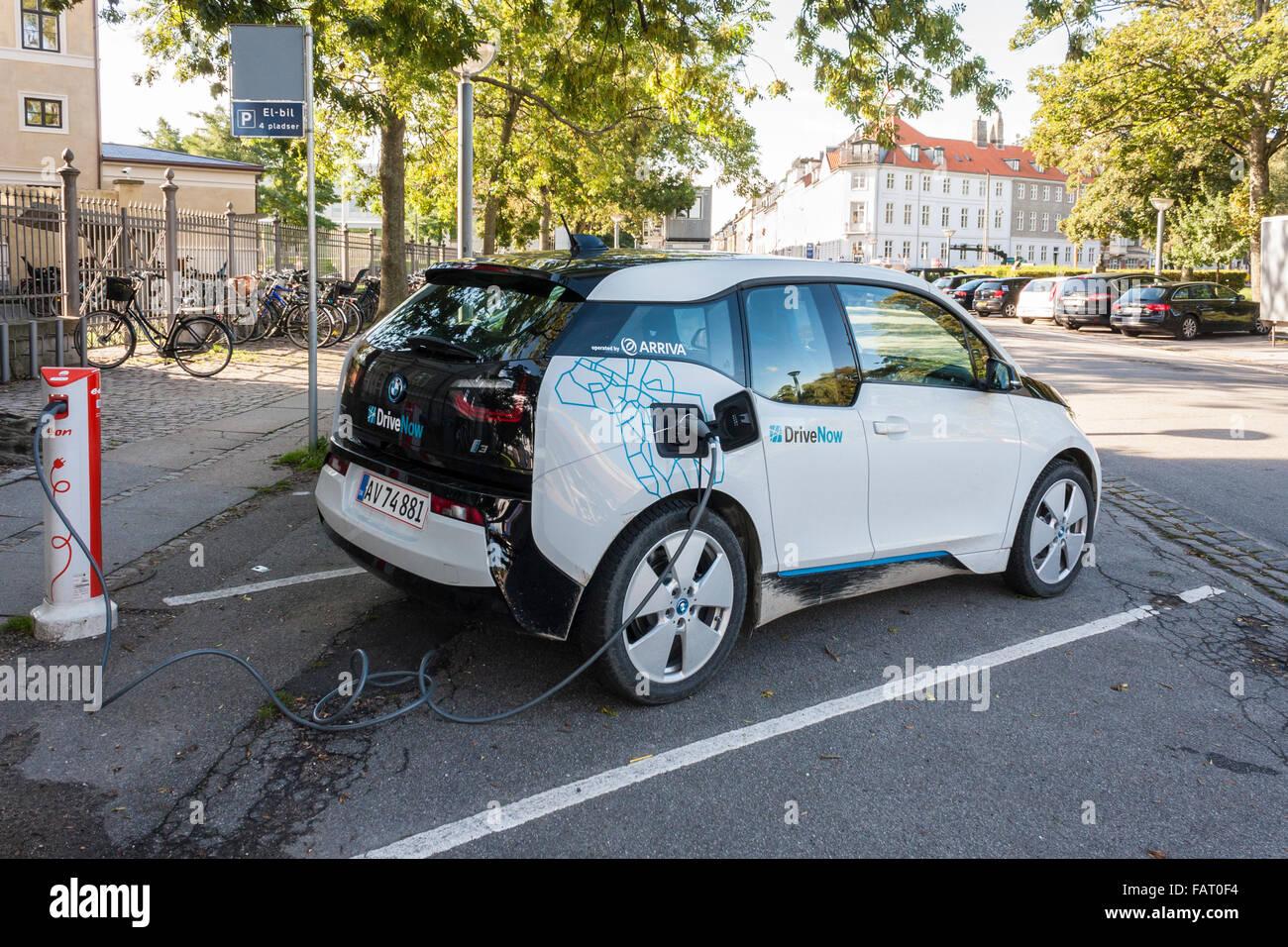 BMW i3 auto elettrica essendo addebitato sulla strada. Copenhagen, Danimarca, per l'Europa. Immagini Stock