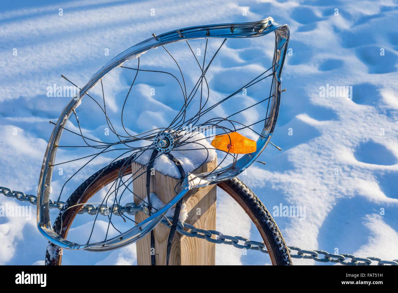 Close up di un allacciata ruota di bicicletta, che simboleggiano i pericoli del ciclismo urbano Immagini Stock