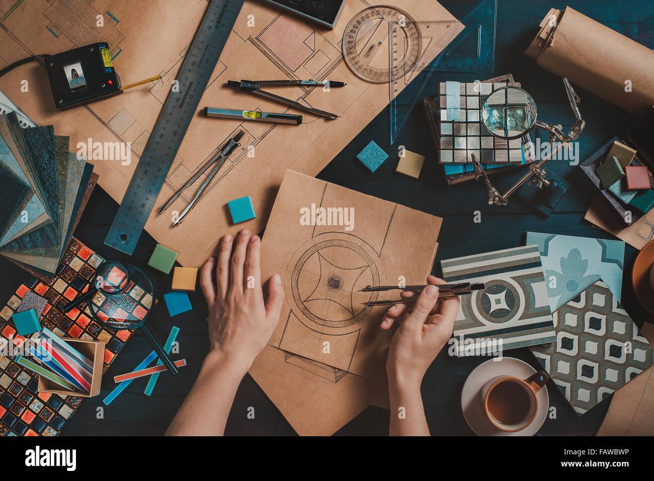 Designer workplace con strumenti creativi e disegni Immagini Stock