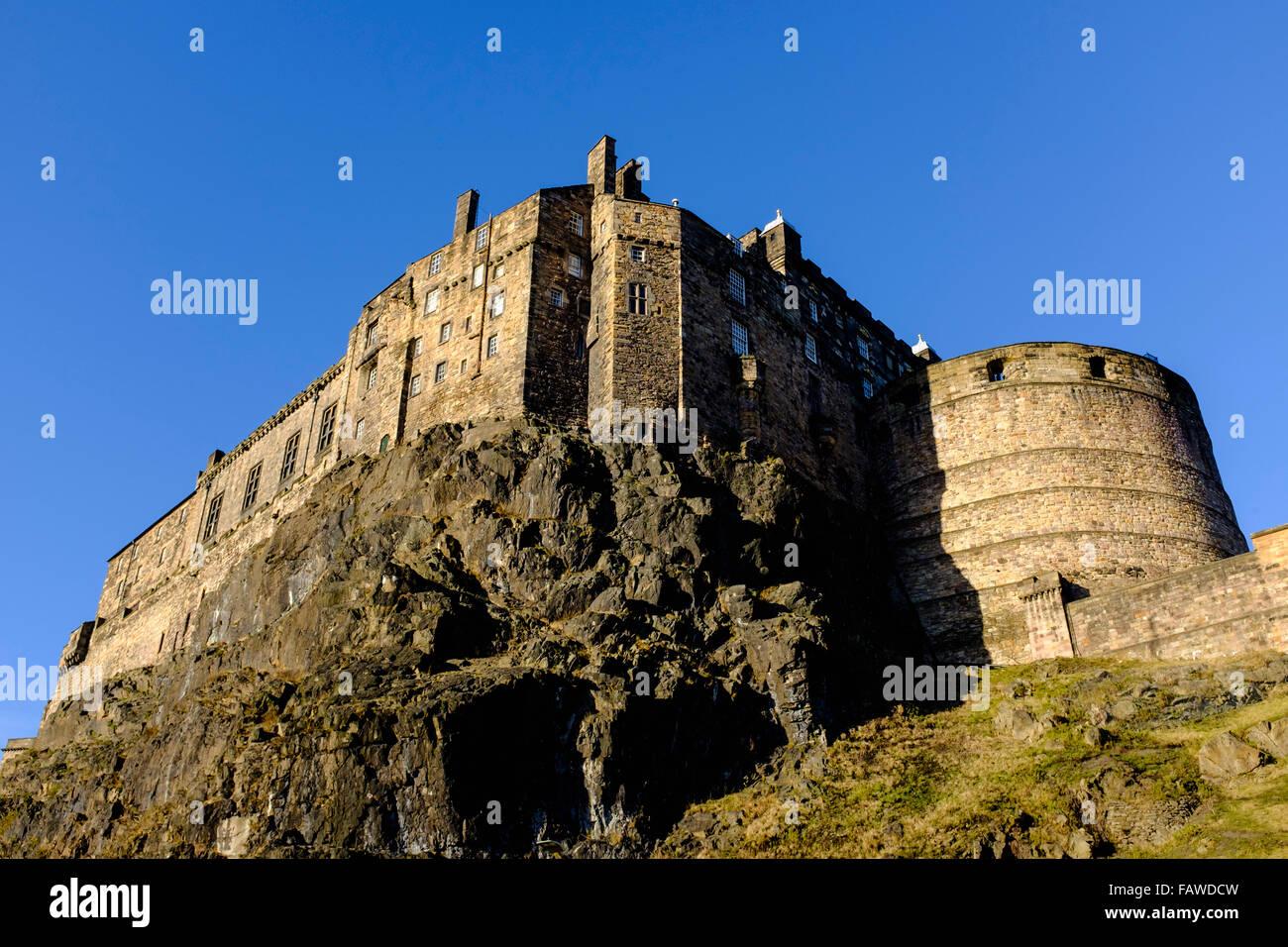 Vista sul Castello di Edimburgo sul cielo blu winer giorno in Scozia Immagini Stock