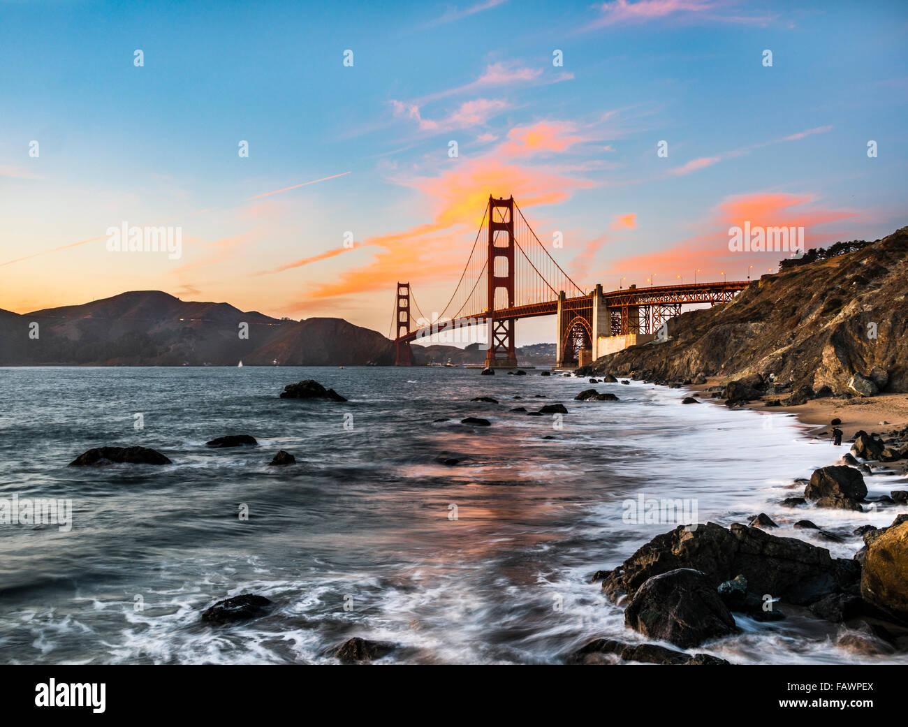 Golden Gate Bridge, Marshall's Beach, tramonto, costa rocciosa, San Francisco, Stati Uniti d'America Foto Stock