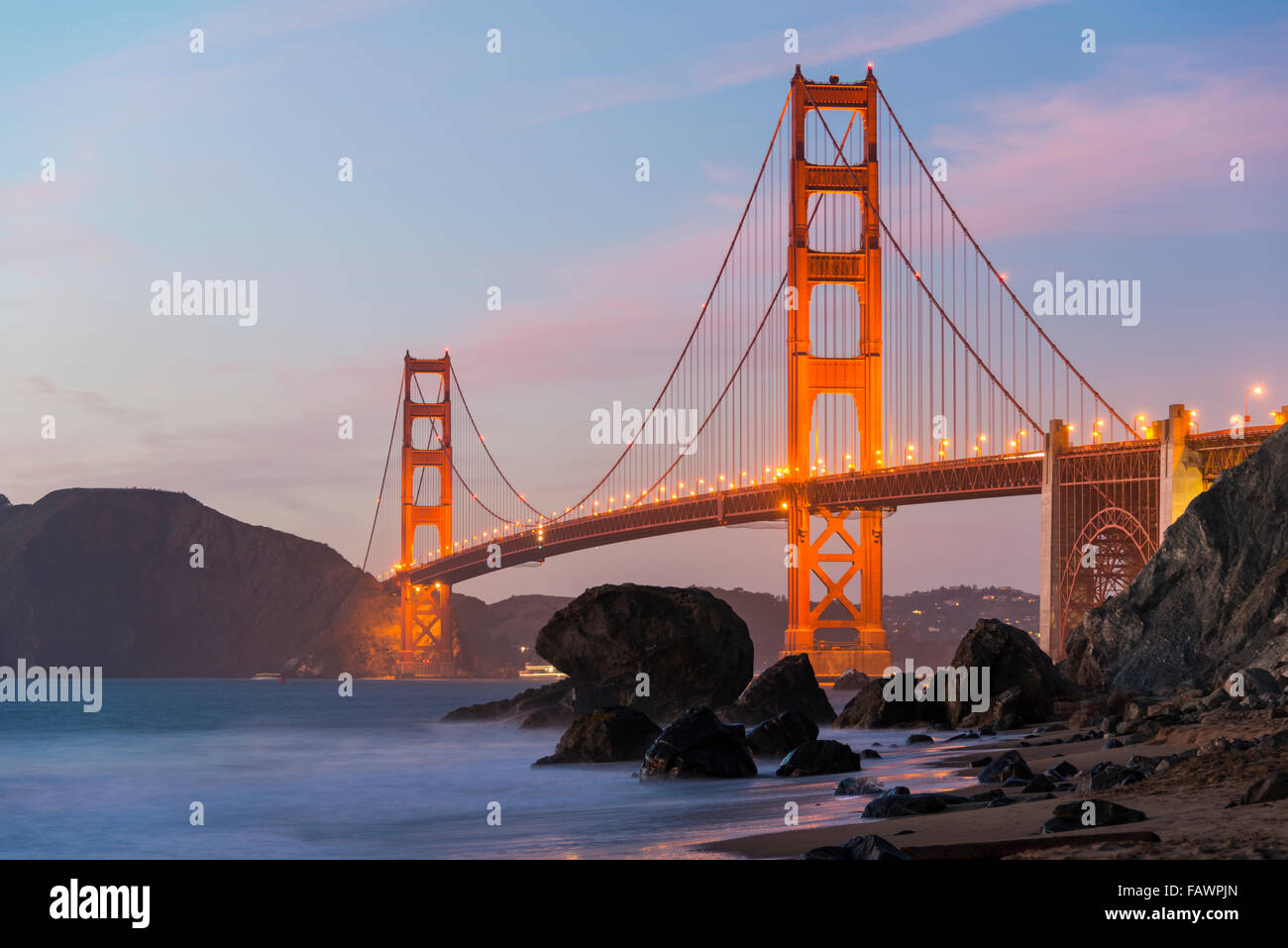 Golden Gate Bridge, Marshall's Beach, notte, costa rocciosa, San Francisco, Stati Uniti d'America Immagini Stock
