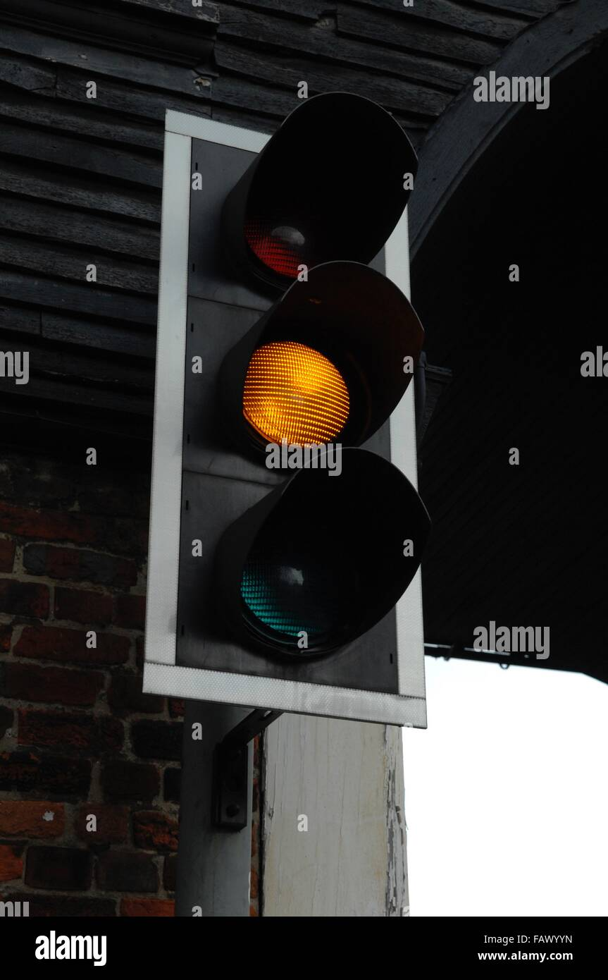 Un semaforo che è stato attualmente in ambra Immagini Stock