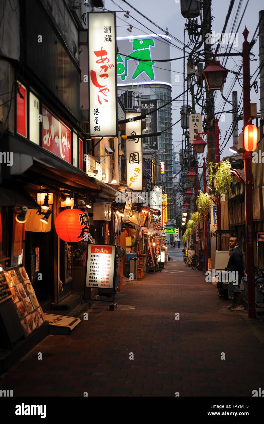 Strada di yakitori ristoranti a Shinjuku Tokyo Giappone Immagini Stock