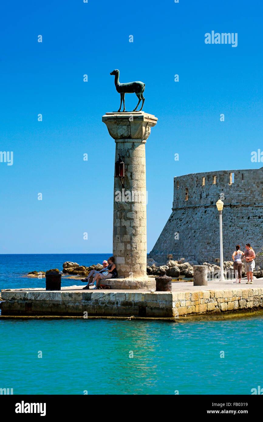 Mandraki Harbour e fortezza di Agios Nicolaos nella città di Rodi, Rodi, Grecia, UNESCO Immagini Stock