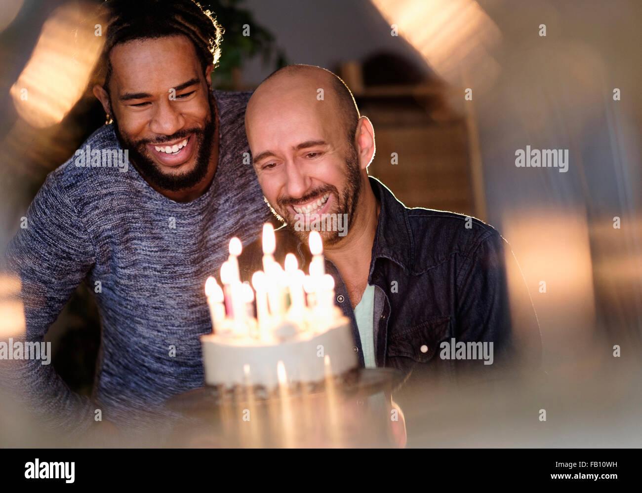 Smiley coppia omosessuale guardando torta di compleanno Immagini Stock