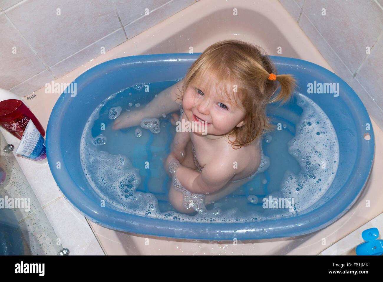 Vasca Da Bagno Portatile : Uno anno di età bambino quasi un bambino gode di un bagno