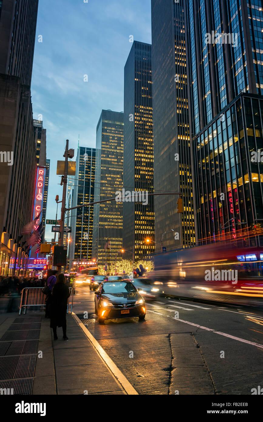 Grattacieli in Avenue of the Americas o Sesta Avenue, Manhattan, New York, Stati Uniti d'America Immagini Stock