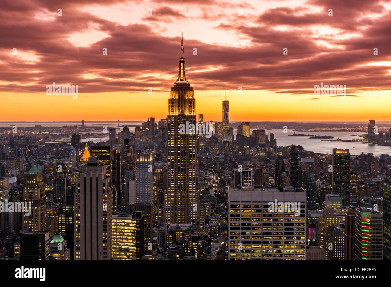 Vista su Manhattan skyline al tramonto dalla cima della Roccia, New York, Stati Uniti d'America Immagini Stock