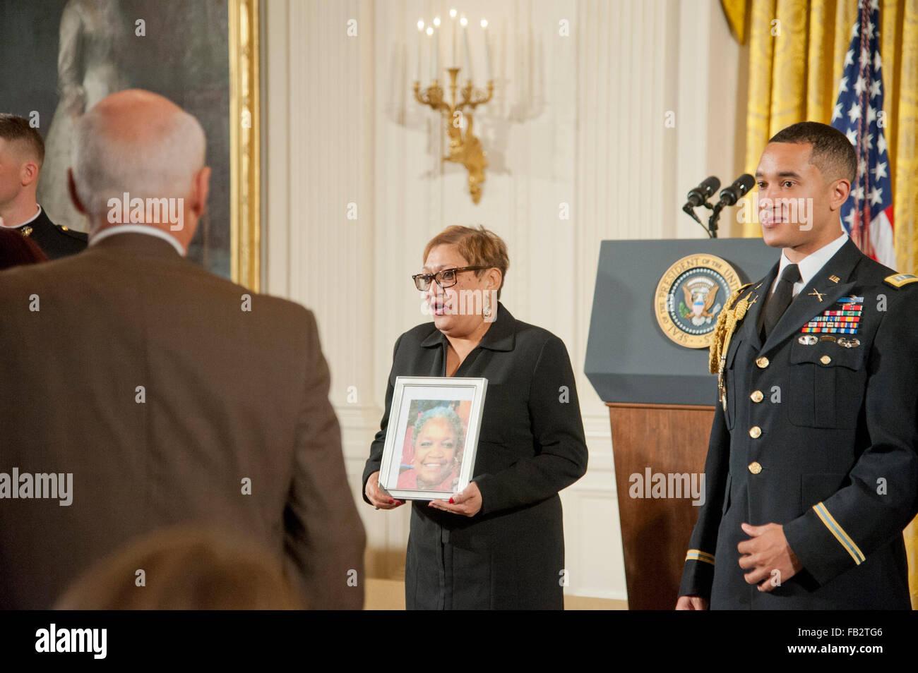 Gennaio 5.2016 - Washington,DC, Stati Uniti: Reverand Sharon Risher, detiene una foto di sua sorella, che è Immagini Stock