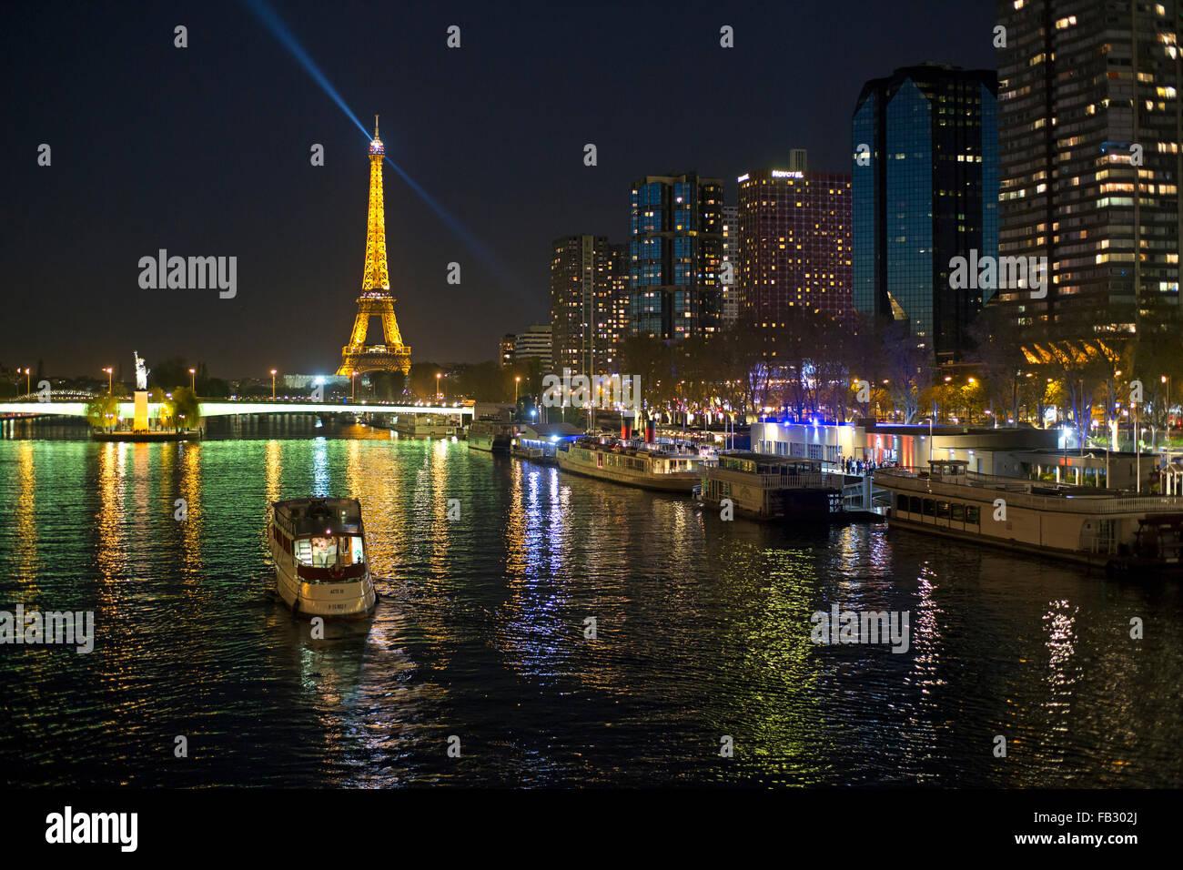 Vista notturna del Fiume Senna con barche e edifici ad alta sulla riva sinistra e la Torre Eiffel, Parigi, Francia, Immagini Stock